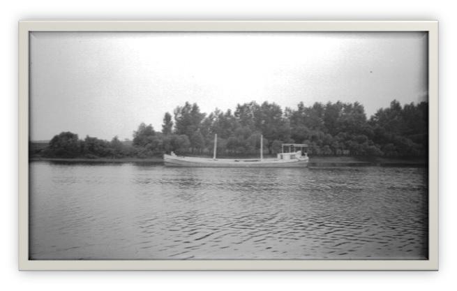 Une péniche sur la rivière Saint-François à Pierreville
