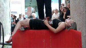 Performance de (C) Karine Turcot le miel et le lait, photographie RoGeR Marchand