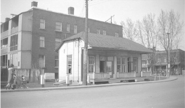 À votre droite de la photo, coin des rues Hôtel-Dieu et Du Roi les bâtisses disparues. Collection Archives Nationales du Québec