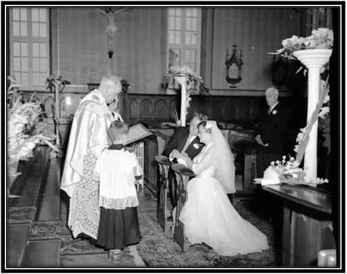 La bénédiction nuptiale par le curé Armand Dupont de Ste-Anne-de-Sorel
