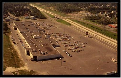 Cote : P690,S1,D88-513/ Jean-Marie Cossette . – 1988 Archives Nationales du Québec Vue de haut de la Plaza Tracy qui a été prise en 1988.