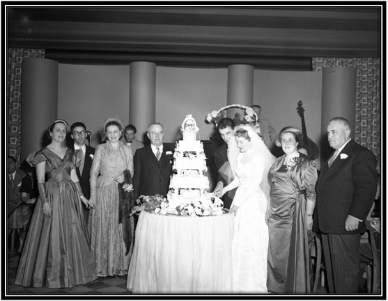 Yolande Simard sœur, Jean-Marie-Breton  beau-frère, Claire Liboiron mère, Georges Godling arrière, Ludger Simard père, le gâteau, Jean Racine marié, Alberte Simard mariée, Claira Arsenault Simard mère, Wilfrid Racine père.
