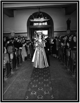 La marche nuptiale à l'église Notre-Dame-de-Sorel Yolande Simard sœur en avant, la mariée Alberte Simard, Ludger Simard le père Si vous remarquez en haut de la photo un bateau représentant le naval de Marine Industrie.