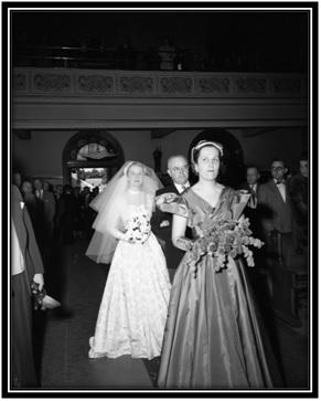 La marche nuptiale à l'église Notre-Dame-de-Sorel Yolande Simard sœur en avant, la mariée Alberte Simard, Ludger Simard le père.