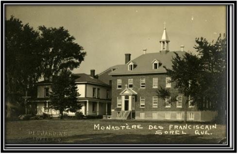 On voit sur cette photo à gauche la maison des Fosbrooke et le Monastère des Franciscains en 1945.  Collection Archives Nationales du Québec