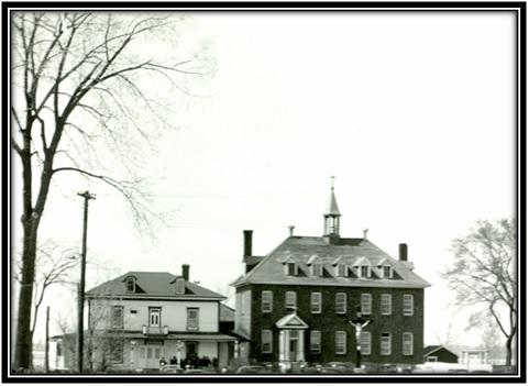 On voit sur cette photo à gauche la maison des Fosbrooke et le Monastère des Franciscains en 1945. Lors de l'inauguration de l'Hôpital Hôtel Dieu Collection privée Germain Martin