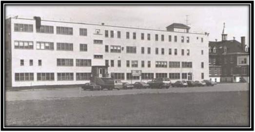 On voit sur cette photo l'École Didace Pelletier qui est transformé en Cegep Bourgchemin Campus en 1973. Collection privée