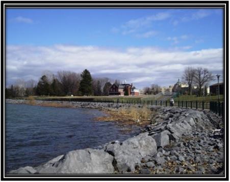 Photo prise le 28 avril 2014 vue du bord l'eau Monastère des Pères Franciscains Collection privée Louise Pelletier