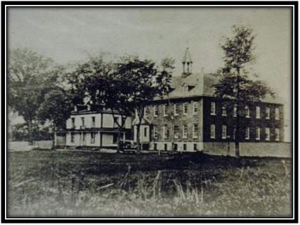 On voit sur cette photo à gauche la maison des Fosbrooke et le Monastère des Franciscains vers 1930 Collection privée.