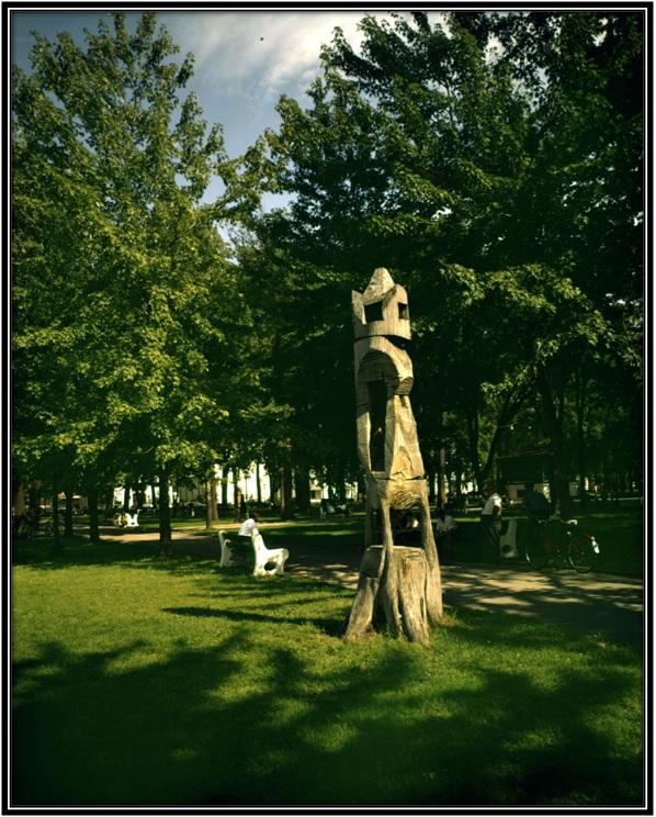Photo prise par Armour Landry photographe sculpteur fait par Roger Péloquin dit Pélo dans le Carré Royale à Sorel. Archives Nationales du Québec Cote : P97, S1, D7703-7703,